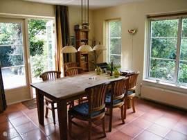 De ruime eettafel biedt plaats aan 6 personen en ook aan eventuele extra gasten.