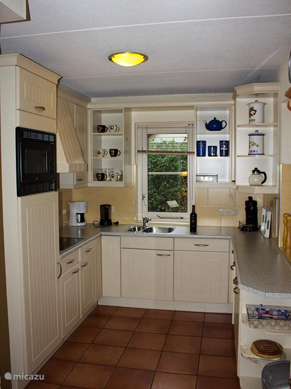 De keuken is niet groot maar van alle gemakken voorzien.