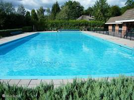 Het verwarmde zwembad zorgt voor heel wat plezierige uren.