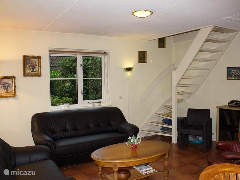 De woonkamer en de trap naar boven