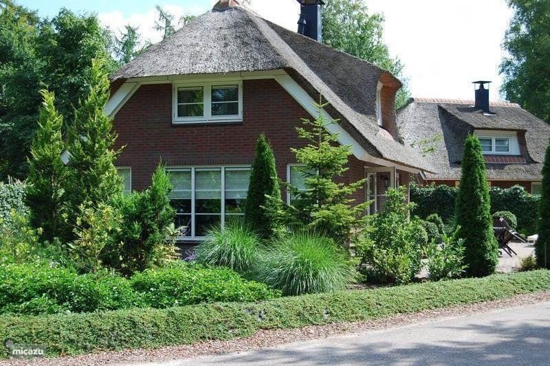 Op vakantiepark Remboe Village op de Veluwe staat ons prachtige, rietgedekte vakantiehuis dat geschikt is voor 2-6 personen. Vraag nu naar het aanbod