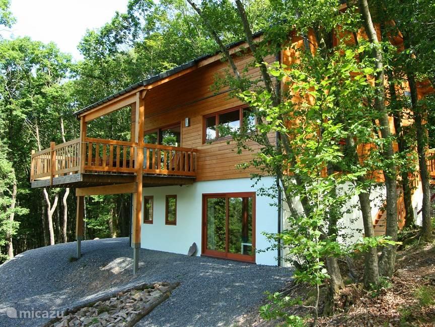 Een prachtig, compleet ingericht chalet met een geweldig terras van 20 m2. Geheel vrijstaand omringd door het bos. Via een uitdagend bospad bereikt u het chalet. Het huis staat op het zuiden, dus bijna de hele dag zon in huis en op het terras. Rust, luxe, comfort zijn begrippen tijdens uw verblijf.