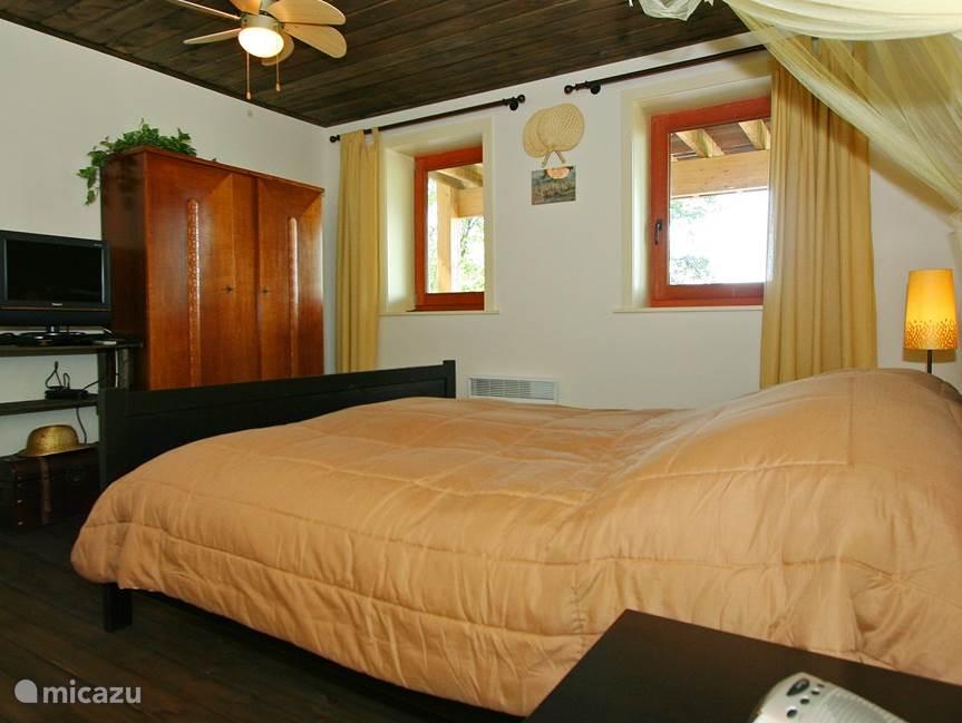 De koloniale slaapkamer ademt tijden van weleer. Het interieur: tweepersoonsbed, tweepersoonsmatras, eenpersoons dekbedden en hoofdkussens, een kledingkast, nachtkastjes en stoelen en TV. De aangrenzende badkamer met douche, wastafel en toilet is onderdeel van de wellness. .
