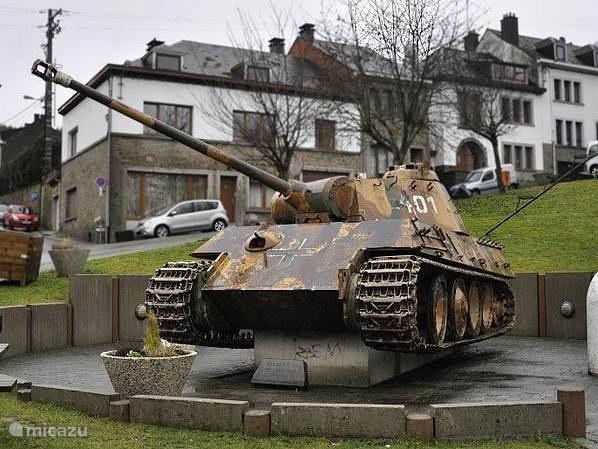 Tijdens de slag om de Ardennen werd Houffalize fel belaagd. Een stille getuige van de strijd is de Panzerkampfwagen V Panther, nummer 111 van de 116e Panzerdivisie, op de Place Roi Albert. Overal in de Ardennen zijn er musea en relikwieën uit de 1e en 2e wereldoorlog te zien.