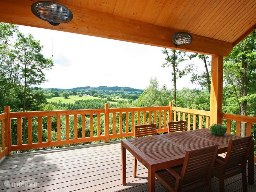 Het terras is eigenlijk het pronkstuk van het huis. 4x5m groot met een geweldig uitzicht. Voorzien van een grote tafel en tien tuinstoelen. Het terras is gedeeltelijk overkapt voor de gasten die niet in de zon willen zitten. Een BBQ en terrasverwarming maken het af. Genieten van de buitenlucht.