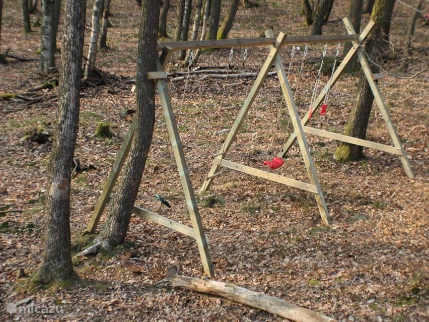 Het huis staat op een  bosperceel van 2800 m2, waarin zich voor de kinderen een speeltoestel bevindt met 4 speelattributen en een kabelbaan. In het bos spelen is natuurlijk ook al leuk. Vanaf het terras heeft U zicht op de speelplaats.