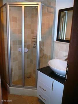 Bedroom op de eerste verdieping met walking closet en eigen badkamer.