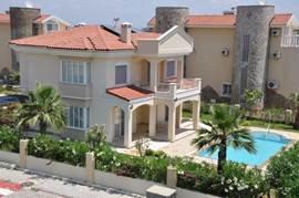 Huis ligt op een perceel van 600 m2.   Een van de buurhuizen.