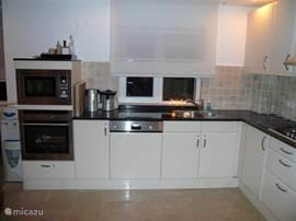 Keuken met Siemensapparatuur, magnetron, oven, vaatwasser......en nespressokoffiezetapparaat.