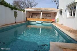 Verwarmbaar zwembad met buitenkamer waar men heerlijk kan ontbijten en lunchen