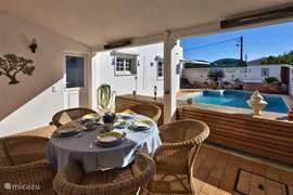 Buitenkamer grenzend aan het zwembad waar men heerlijk kan ontbijten en lunchen