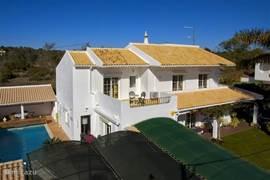 Overzichtsfoto van de villa/zwembad en tuin