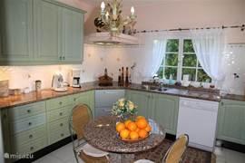 Gesloten keuken voorzien van inductiekookplaat; vaatwasser; combi oven; amerikaansekoel/vriescombinatie. In de bijkeuken vindt u een wasmachine en droger.