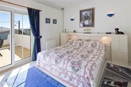 Slaapkamer 2. Voorzien van tweepersoonsbed en airco en openslaande deuren naar balkon.