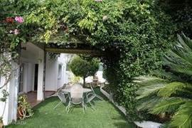 Zijaanzicht tuin met prieeltje