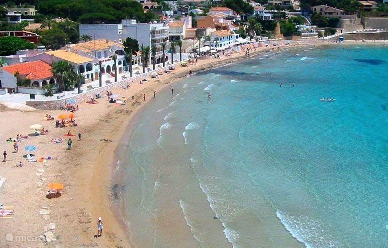 El Portet strand op 800 meter van het appartement