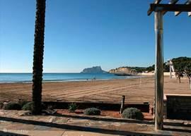 Dit zandstrand - playa d'Ampolla - ligt op 400 meter in westelijke richting van het appartement.   De stranden van Moraira zijn door de Europese Unie bekroond met de 'Blue Flag Award'. Daarnaast zijn ze ISO 9001 gecertificeerd en hebben het Omgevings Management ISO certificaat 14001. Dit vanwege u