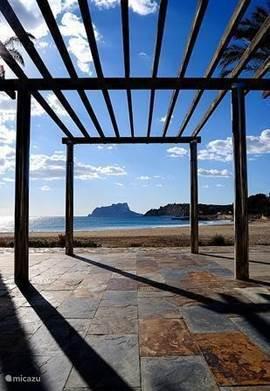 Bij het Ampollastrand staan bankjes vanwaar u kunt genieten van het prachtige uitzicht over zee.   Volgens de Wereld Gezondheidsorganisatie (WHO) is Moraira en omgeving één van de gezondste verblijfplaatsen op aarde. Dat vinden ook de vele artsen en specialisten die hier praktijk houden.