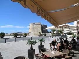 Terrasje met uitzicht op het Castillo van Moraira.  Hier is ook gratis WiFi. 250 meter westelijk van het appartement.