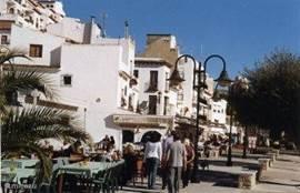 Moraira, parel aan de Costa Blanca. Moraira heeft diverse boulevards, tal van winkeltjes, leuke straatjes met restaurants en barretjes waar u heerlijk kunt eten en/of een borreltje nemen.
