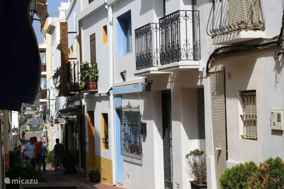Calle de Almacenes Moraira - dit vredige voetgangerssteegje loopt onder langs het appartementencomplex richting de trap bij de haven.