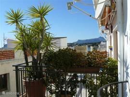 Vanaf het zuidelijk gelegen zonneterras (2,5 x 6 meter) ziet u in westelijke richting o.a.het Castillo van Moraira en de zee.