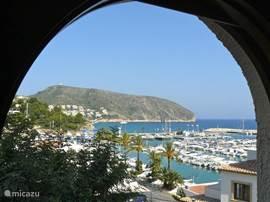 1e slaapkamer, uitzicht vanaf slaapkamerbalkon over de haven van Moraira en de zee.