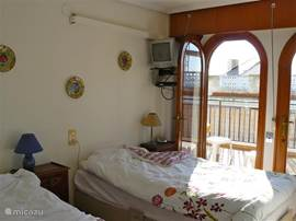 2e slaapkamer met openslaande deuren naar het grote zonneterras (2,5 x 6 meter) gelegen op het zuiden.