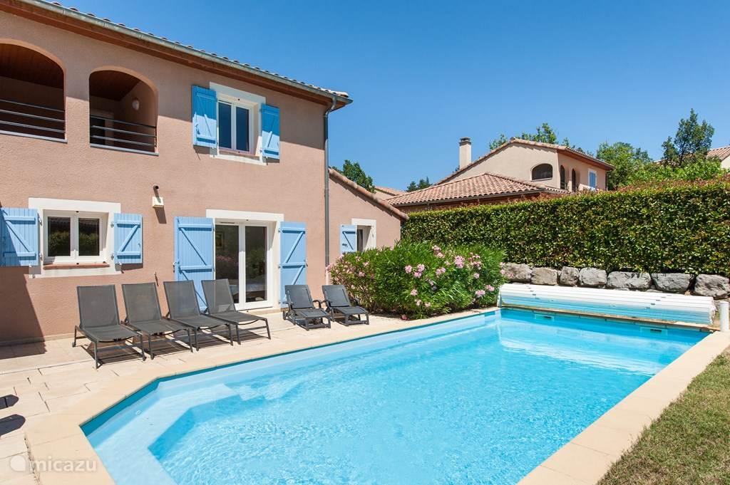Mooie villa met privezwembad, zijaanzicht huis