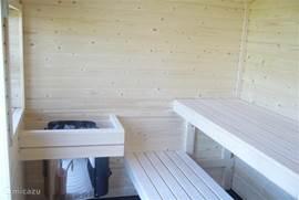heerlijke ruime buiten sauna met buiten douch!