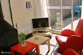 De woonkamer met flatscreen TV