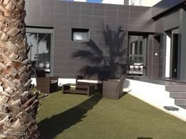 Beide slaapkamers en woonkamer bieden zicht op de tuin