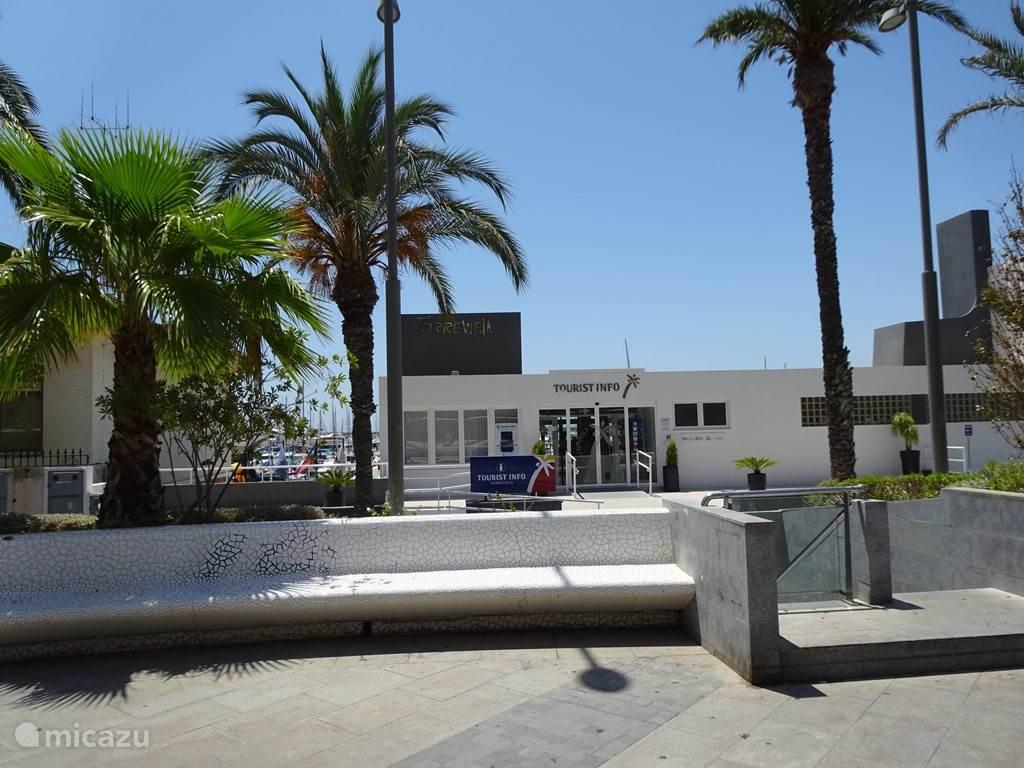 De tourist information bij de jachthaven in Torrevieja