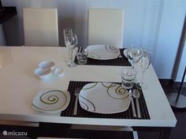 Er is voldoende servies, bestek en glaswerk aanwezig om de tafel gezellig te kunnen dekken
