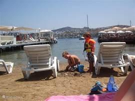 In de baai zijn allemaal leuke houten flonders met lounge en kind vriendelijke strandjes (fijn zand) en geen hoge golven.
