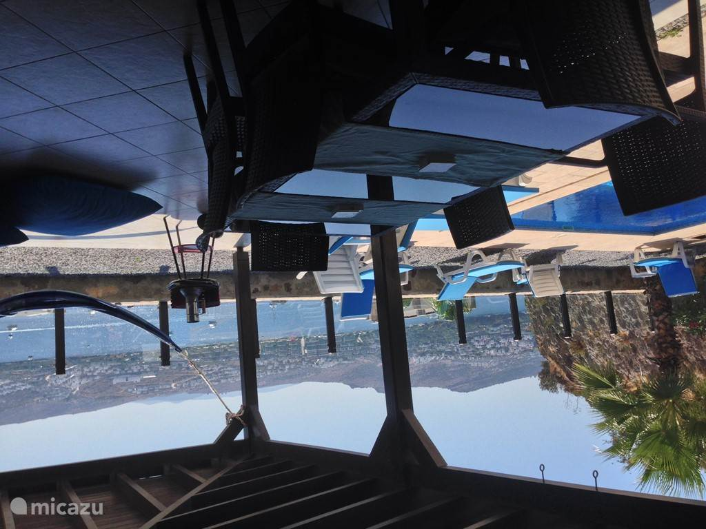 Lekker luieren en luxe boten kijken vanuit de hangmat van LUILAK.