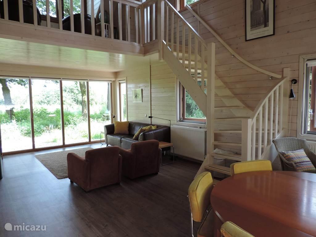 Een heerlijk ruime en lichte woonkamer, met uitzicht op het Geldersch Landschap.