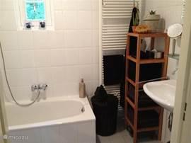 De badkamer beneden. Ligbad deels zichtbaar. Niet zichtbaar; de douche, links om de hoek. Badlakens, vergrotenden spiegel, weegschaal, fohn en wasmand wel zichtbaar. Rest zult u zelf moeten komen bekijken, want ik krijg het niet op de foto.