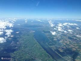 In het midden Harderwijk vanaf 4 kilometer hoogte. Centraal in Nederland gelegen. Ten westen het Wolderwijd (strand Nulde!) en ten oosten het Veluwemeer. Net ten zuiden ervan uitgestrekte bossen tot aan Arnhem. Binnen een half uur autorijden: Zwolle, Apeldoorn en Amersfoort.