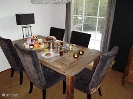 U kunt aanschuiven voor het ontbijt. Als u met zijn zessen (of meer) bent, dan kan de tafel van de muur en is er nog een zesde identieke stoel. Door het huis verspreid staan nog eens 6 eetstoelen, dus plaats genoeg.