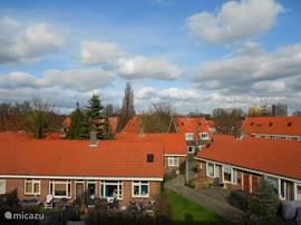 Dit is het uitzicht vanuit de 2e slaapkamer en de balkonzijde. Hier kijkt u uit over een hofje met mooie historische woningen.