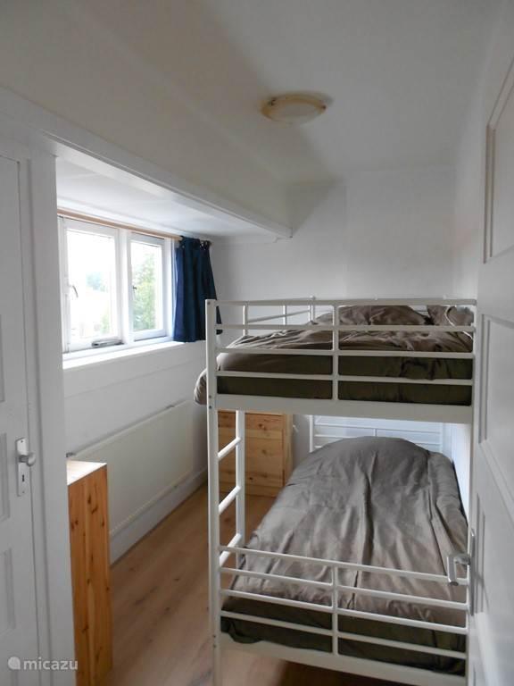2e slaapkamer met een stapelbed.
