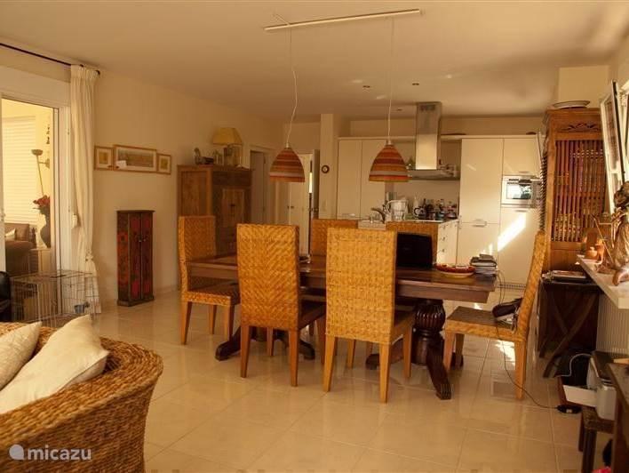 Woonkamer met grote open keuken.