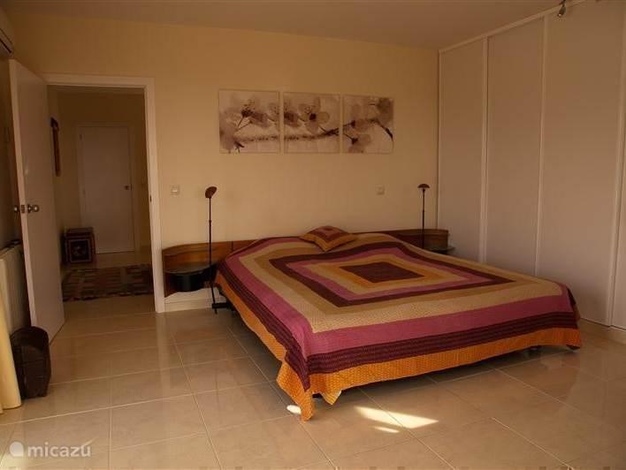 Luxe slaapkamer met extra groot aupingbed. Zeezicht vanuit bed,airco en via twee schuifpuien toegang tot het grote terras.