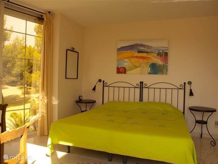 Luxe slaapkamer met schuifpui,toegang tot het dakterras. Uitzicht op zee en de tuin. Grote badkamer met ligbad bevindt zich op de overloop.