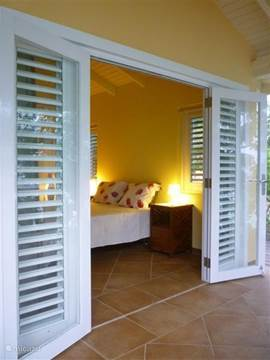 The bedrooms have folding doors to the covered porch. You can enjoy a magnificent view of the sea. You sleep to the sound of the waves........ and wake up after having spent a wonderful night in your lovely boxspring bed.