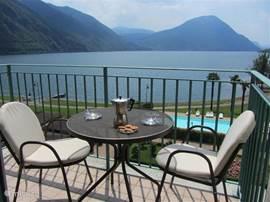 Uitzicht over het Meer van Lugano vanaf ons balkon op de derde etage. Wij blijven ervan genieten.