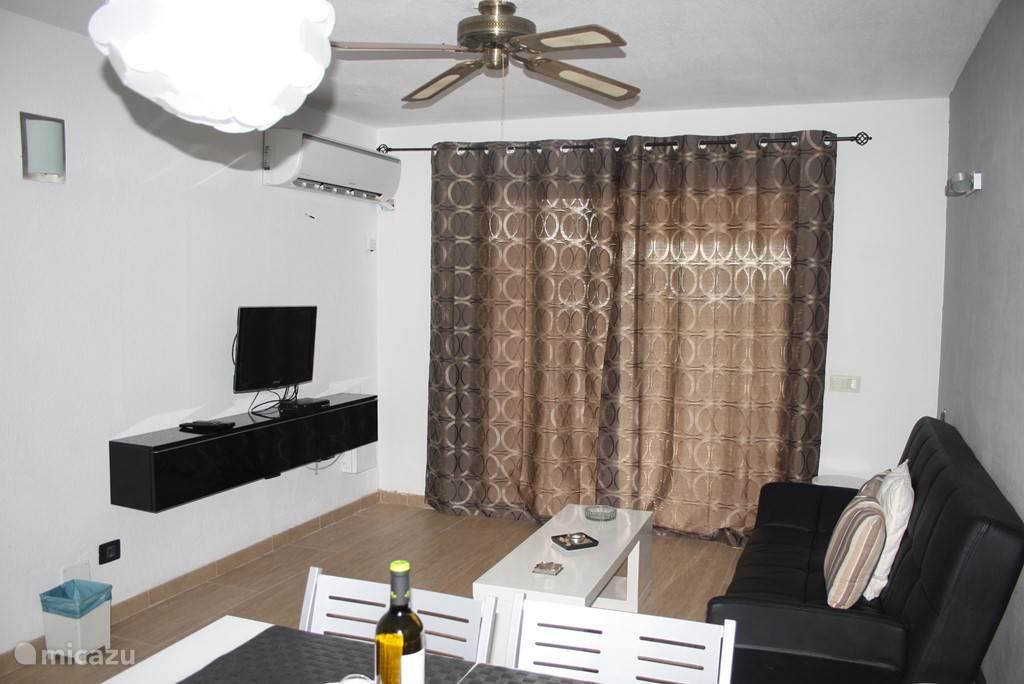 Gezellige woon/zitkamer ook bij avond .