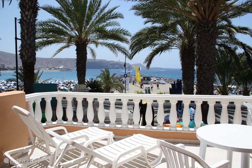 Balkon aan woon/zitkamer met uitzicht op zee
