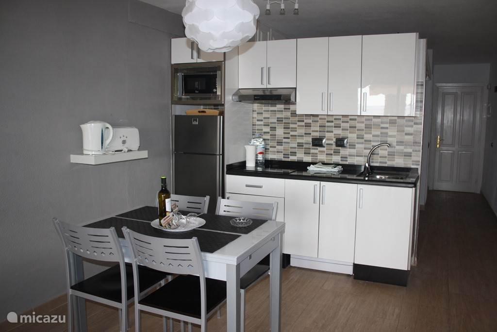 Eet gedeelte met compleet ingerichte open keuken  voorzien van Koel/vries combi. Magnetron, Waterkoker,  broodtoaster en wasmachine.
